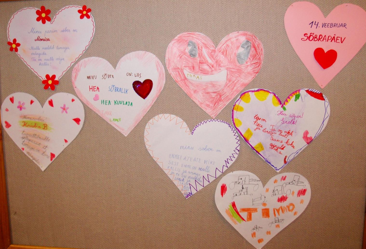Laste tehtud sõbrapäevakaardid stendil